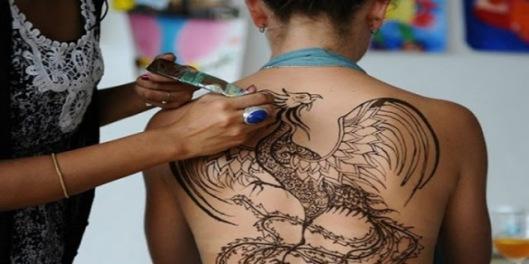 Άσχημα τα νέα για όσους έχουν τατουάζ! Δεν φαντάζεστε τι βρέθηκε στα μελάνια…