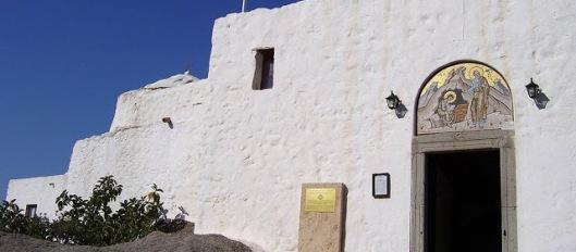 Αποτέλεσμα εικόνας για Στο φως μυστικά κελιά κι άγνωστες κρύπτες στο νησί της Αποκαλύψεως!